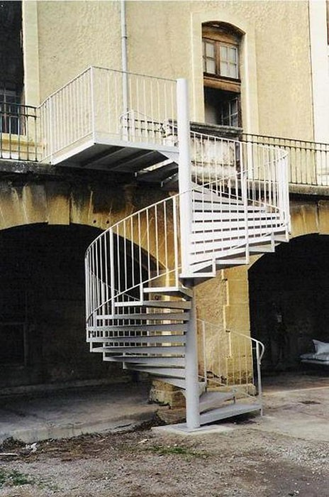 Escalier en fer extérieur tournant