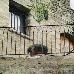 Grille garde corps fer avec mur en pierre