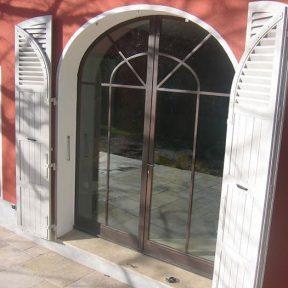 Menuiserie métallique baies cintrées maison