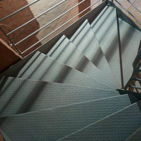 Escalier tournant marche métallique