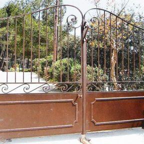 Portail fer forge deux vantaux avec grilles